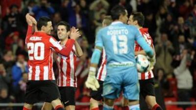 Aduriz celebra uno de sus tres goles contra el Granada.
