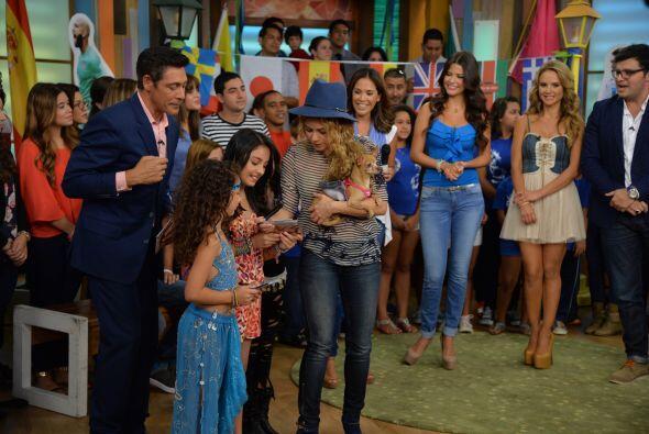 Las chiquillas estaban felices cuando la colombiana se acercó a ellas y...