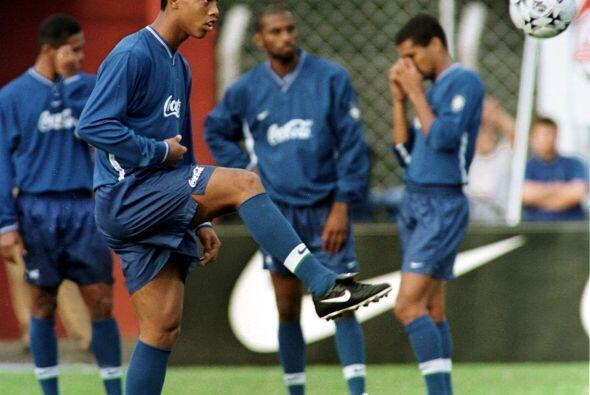 La marca comenzó con el Gremio, equipo con el cual debutó Ronaldinho a n...