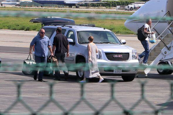 Vimos a su personal llevando las maletas al avión. Más vid...