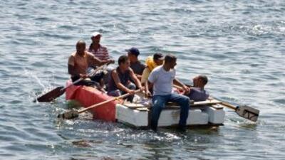 Un grupo de balseros cubanos intenta alcanzar las costas de Estados Unid...