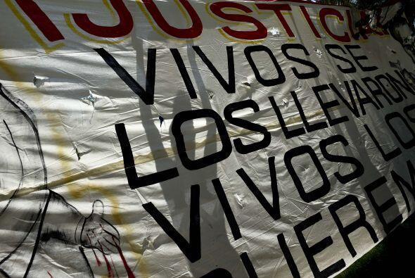 """Y mostraron diversas pancartas en las que se exige justicia: """"Vivos se l..."""