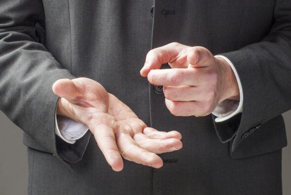 Inclusive mirarse los dedos cuando se habla o pretender estar haciendo o...