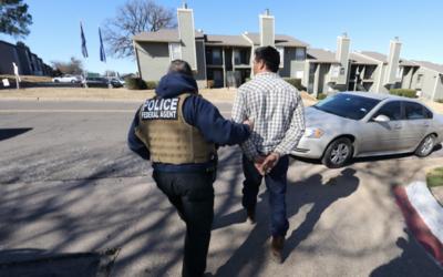 Un agente de ICE realiza un arresto en Dallas durante un operativo de tr...