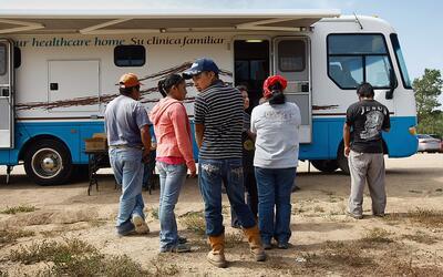 Trabajadores agrícolas esperan para ser atendidos en una cl&iacut...