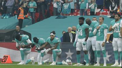 Los Miami Dolphins contemplan castigo por arrodillarse en el himno nacional