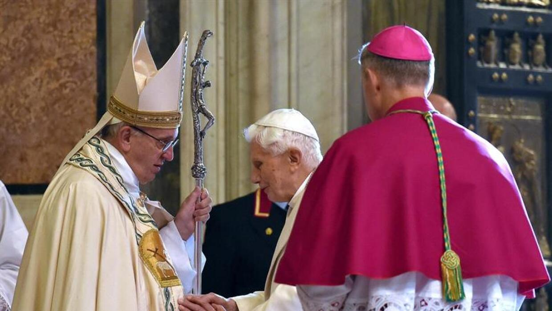 El papa Francisco y Benedicto XVI en el Jubileo.