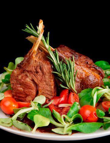 En las comidas familiares, sírvete medio plato con vegetales y toma una...