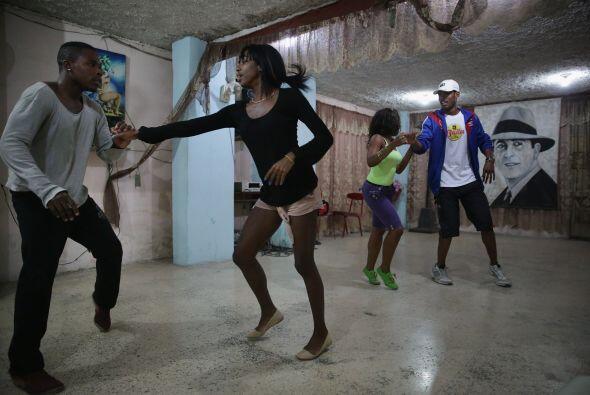 Estudiantes e instructores practican en una escuela de baile una mezcla...