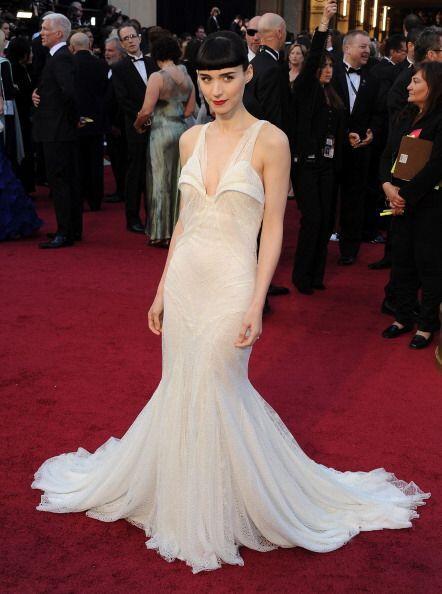 En 2012, Rooney Mara enfundada en este Givenchy lució demasiado blanca y...