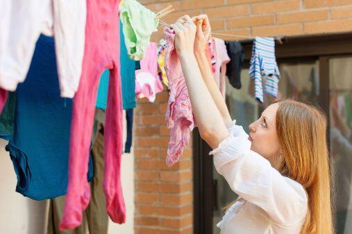 Si puedes o tienes la opción, deja secar tu ropa al aire libre, claro, p...