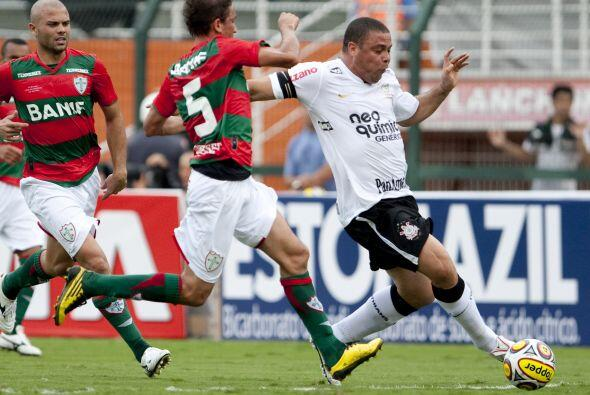 Hablando de Ronaldo, en la imagen disputando un balón con Fernandinho de...