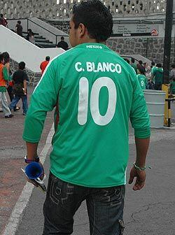 Los aficionados del Tri, mostraban con orgullo su camiseta del ídolo del...