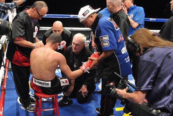 Juan Manuel López tuvo que ser atendido sobre el ring, luego salió por s...