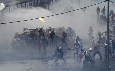 Caos frente a la base aérea La Carlota, en Caracas, Venezuela, de...
