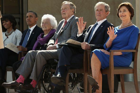 George W. Bush y su esposa Laura en la inauguración del Centro Presidenc...