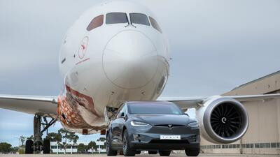 Tesla Model X remolca un Boeing 787-9