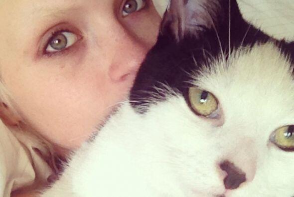 Anja disfruta mucho fotografiarse al lado de sus dos felinos.
