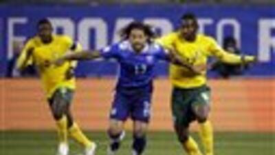 El jugador de Estados Unidos, Jermaine Jones, centro, disputa un balón e...