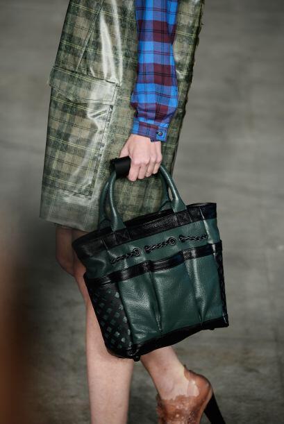 Otro accesorio en este color que le iría bien a tu clóset es un bolso, p...