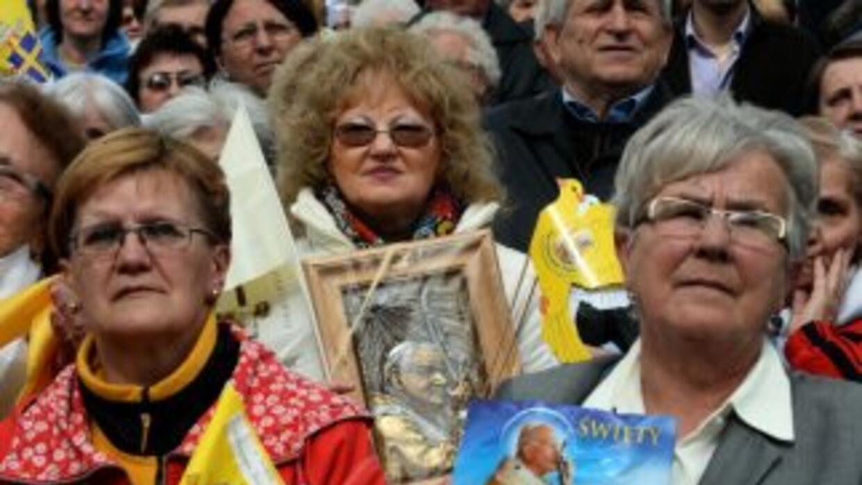 Los polacos homenajearon a Juan Pablo II con imágenes del papa y con los...