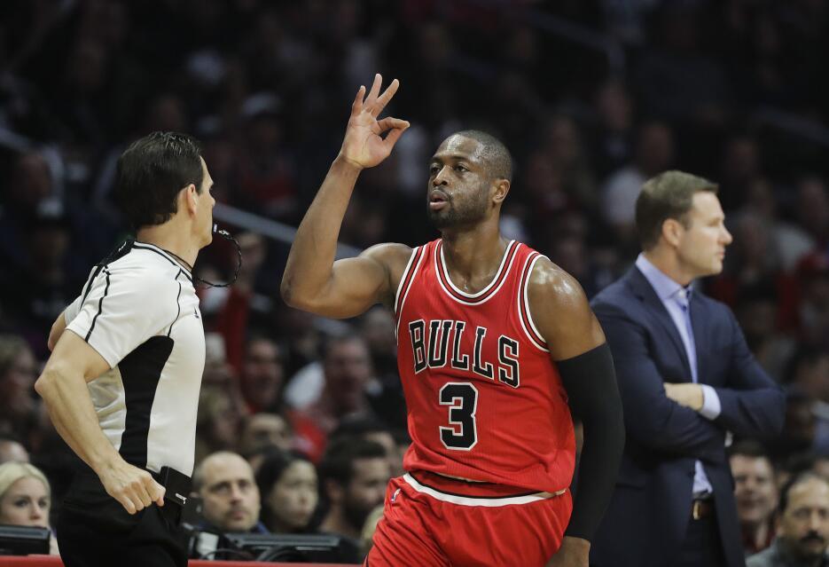 El jugador de los Bulls de Chicago Dwyane Wade celebra su canasta de tre...