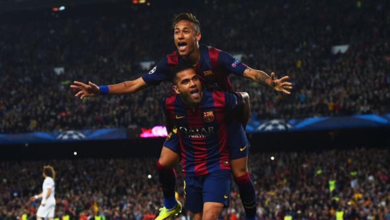 El astro brasileño festeja con Dani Alves el segundo tanto del Barcelona...