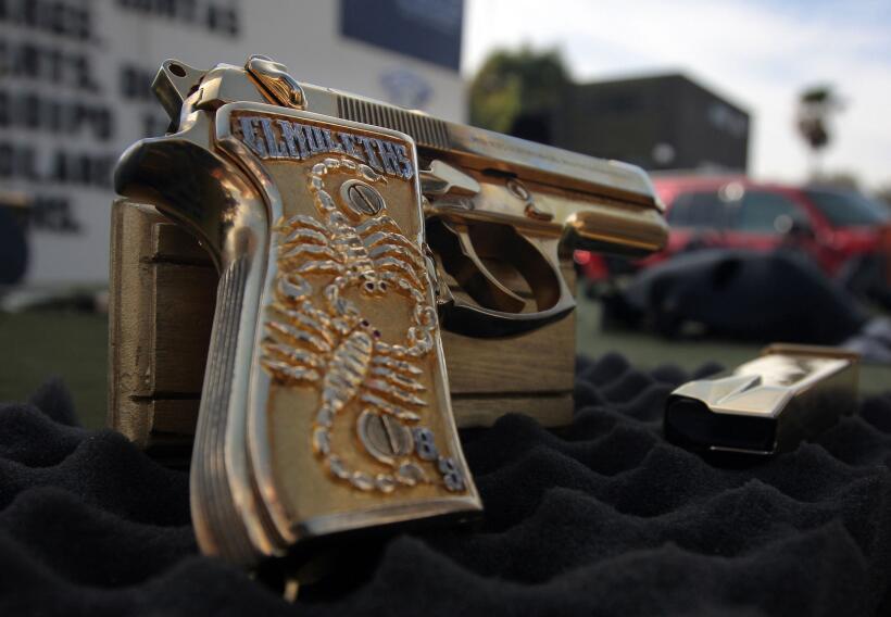 Una pistola con cachas de oro decomisada al grupo de 'El Muletas'.