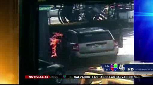 Explosión en gasolinera. Una bomba de gasolina en Miami se prendió en ll...