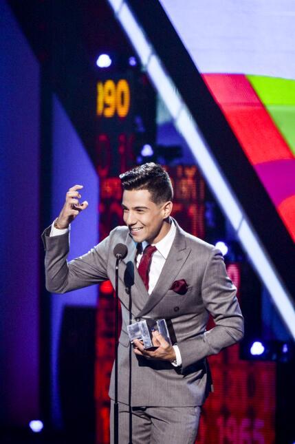 Luis Coronel recibe el premio a 'Mi artista Regional Mexicano'.