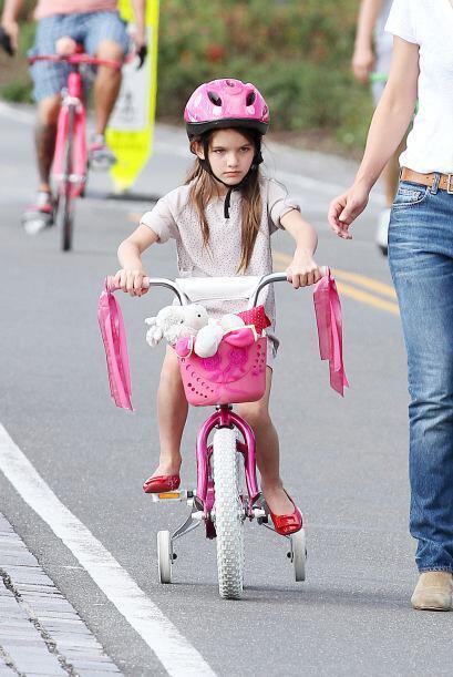 Andando en bici con rueditas. Más videos de Chismes aquí.