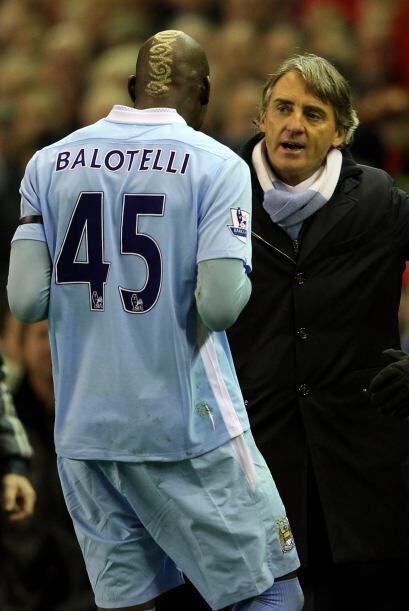 Cuando salía del campo, el entrenador Mancini le mostró su molestia. Así...