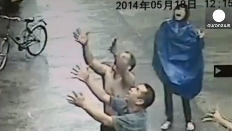 Vecinos de un edificio en China movieron cielo y tierra para salvar a un...