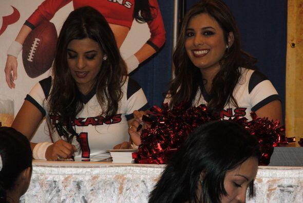 Las guapas porristas de los Texans estuvieron firmando autógrafos.
