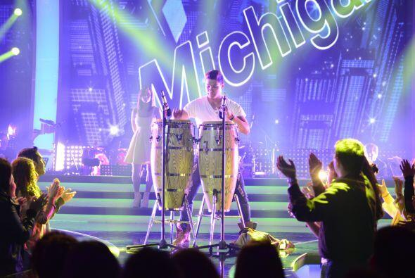 El cubano se lució con unos bongos en el escenario.