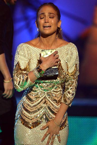 JLo derramó las lágrimas cuando recibió el premio Icono Mundial por su t...