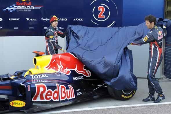 Los pilotos Sebastián Vettel y Mark Webber develaron el auto.
