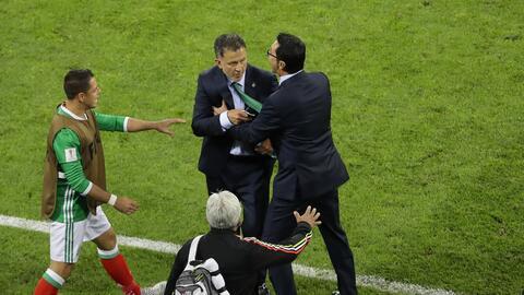 El técnico de México, Juan Carlos Osorio, centro, es contenido mientras...
