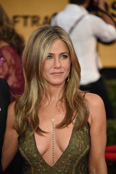 45.- A los 46 pocas mujeres pueden lucir un escote como este.