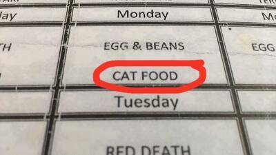 """""""Comida de gato"""": el menú que un deportado asegura haber sacado de un centro de detención de ICE"""