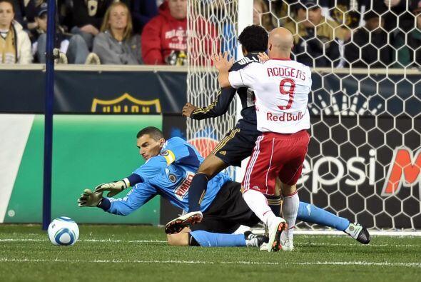 Faryd arrojándose para detener un balón en el arco de Filadelfia durante...