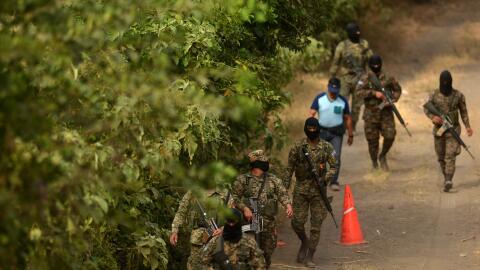 Militares patrullan el lugar de la masacre