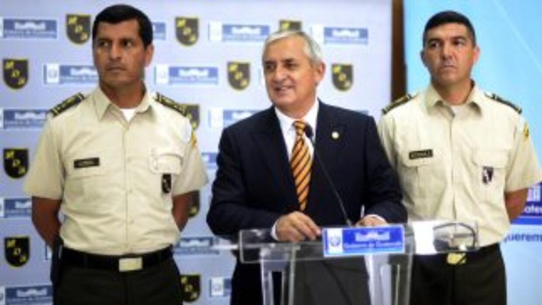 El presidente de Guatemala, Otto Perez Molina, junto al Ministro de la D...