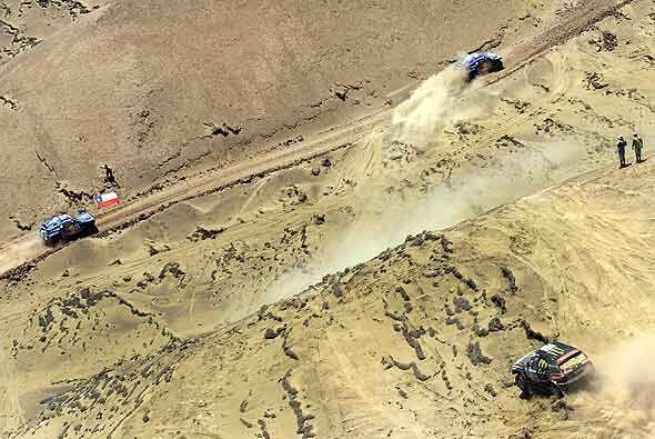 El Dakar 2011, en la categoría autos, tiene a los tres favoritos peleand...