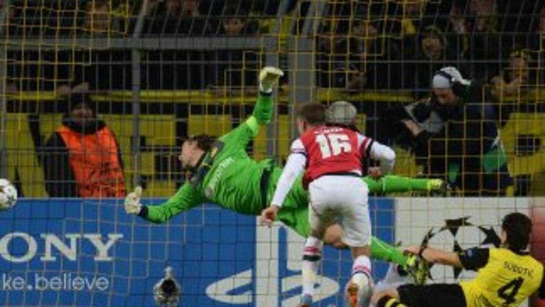 Aaron Ramsey anota de cabeza el gol del triunfo del Arsenal.