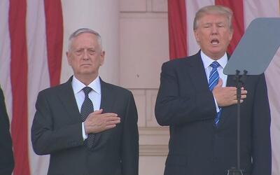 Trump decide moverse al ritmo del himno nacional en el homenaje a los ca...