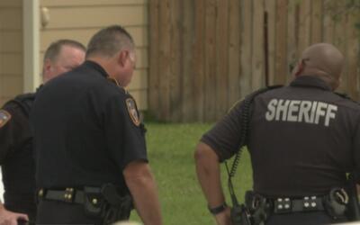 Un hombre atrincherado en su vivienda emprende un tiroteo con la policía...