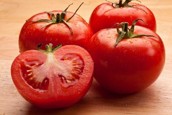 A los tomates, déjalos fuera del refrigerador. Así, evitarás que se sequ...