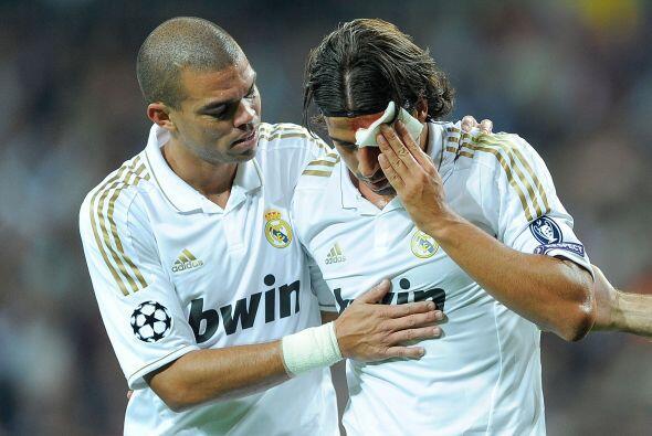 Khedira fue victima de la rudeza de Pepe. El portugués intentó rechazar...