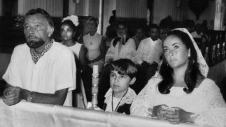 Sergio Toledano el día de su primera comunión con sus padrinos Richard B...